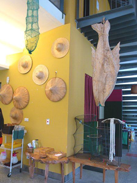 餐廳一角展示的部落手工藝品。