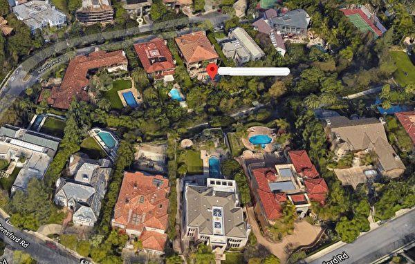 董卿夫婦欲出售的豪宅位於荷里活山頂,與湯姆·漢克斯及李奧納多等人比鄰而居。(谷歌地圖)