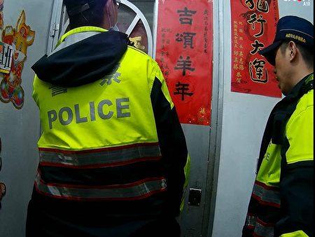 员警向民众借来剪刀及板凳,剪开护网打开门救人。