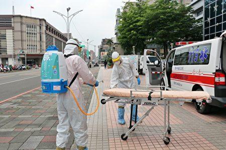 今日消防局同仁也于市府大门外广场,以二氧化氯自动喷雾机等配备现场示范标准的救护车消毒程序。