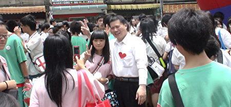 畢業的孩子與校長合照留念。