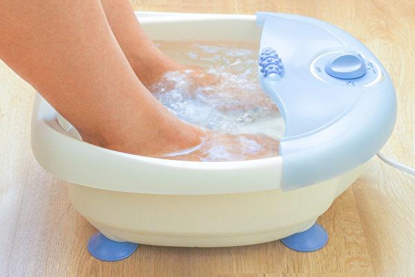 足浴,又稱為泡足、洗腳,是流傳已久的養生方法。(Shutterstock)