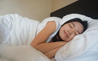 夜間睡覺時橫躺,容易發生胃食道逆流。怎樣的睡姿可避免胃酸反上來?(Shutterstock)