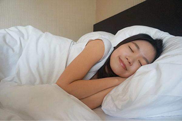 夜间睡觉时横躺,容易发生胃食道逆流。怎样的睡姿可避免胃酸反上来?(Shutterstock)