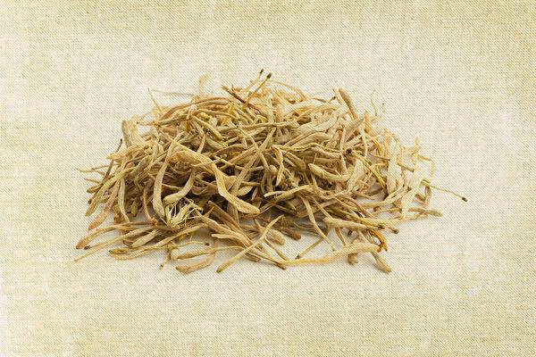 将金银花、连翘、黄芩等药材加入酒精中制成喷剂,消毒杀菌效果会更持久。(Shutterstock)