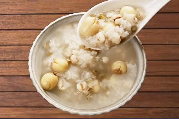 綠豆蓮子薏米粥可以補氣、安神、美白、消水腫。(胡乃文開講提供)
