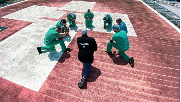 傑克遜南方醫療中心的醫院工作人員在醫院的停機坪上向神祈禱。(傑克遜衛生系統)