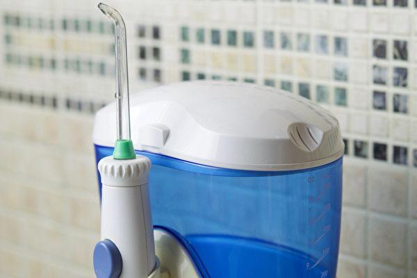沖牙機不僅使用方法簡單,對於牙齒的傷害也很低,特別適合牙齒矯正者。(Shutterstock)