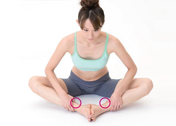 三阴交穴的按摩方法3:穴道伸展。(和平国际提供)