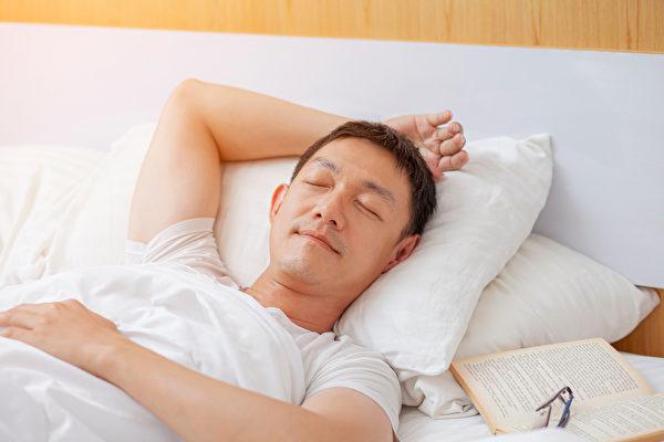 不同睡覺姿勢有不同的益處,仰睡可以讓整個身軀的重量平均分配,熟睡中也不常翻身。(Shutterstock)