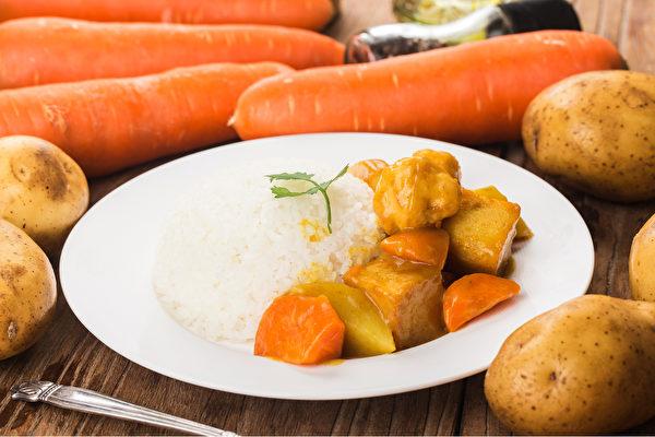 咖哩中常見的胡蘿蔔和馬鈴薯,有助維持呼吸道黏膜健康。(Shutterstock)