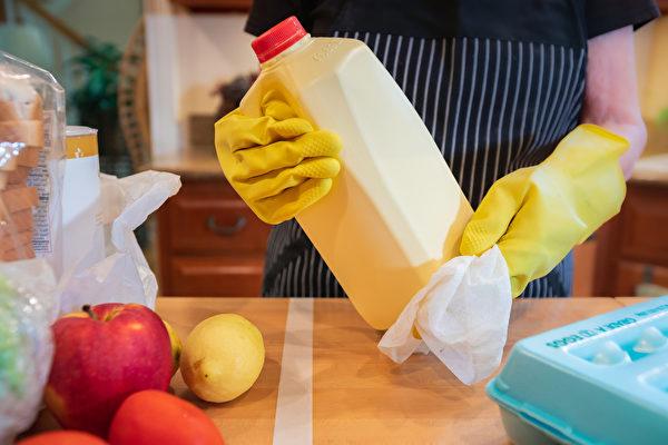從超市買回來的食物外包裝,都要以一般的濕紙巾或是紙巾噴上酒精擦拭過,再放入冰箱。(Shutterstock)