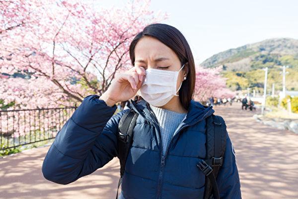 流鼻水、鼻塞及眼睛癢等過敏症狀,與中共肺炎輕症很相似,讓患者容易擔心是否被傳染中共病毒。(Shutterstock)