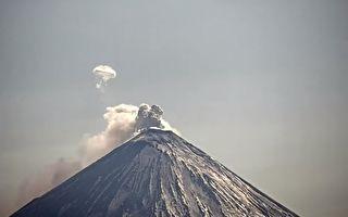 俄羅斯火山噴發 吐出罕見巨大煙圈