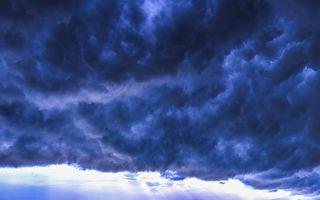 美国德州小镇在复活节出现蓝色怪云