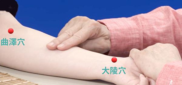推天河水退燒法:將食指中指併攏,在小孩的手臂上,從大陵穴一直推到曲澤穴。(新唐人電視台)