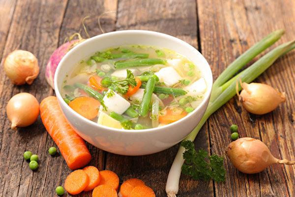蔬菜有防癌的益處,且煮成蔬菜湯喝更好。(Shutterstock)