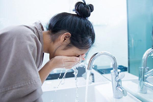 用温水洗脸,对皮肤真的好吗?(Shutterstock)