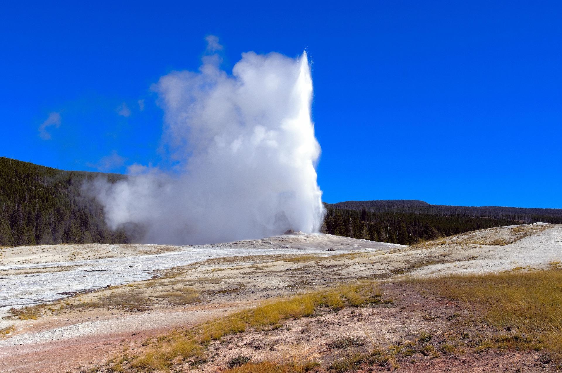 西班牙原野突然冒出間歇泉 噴水十幾米