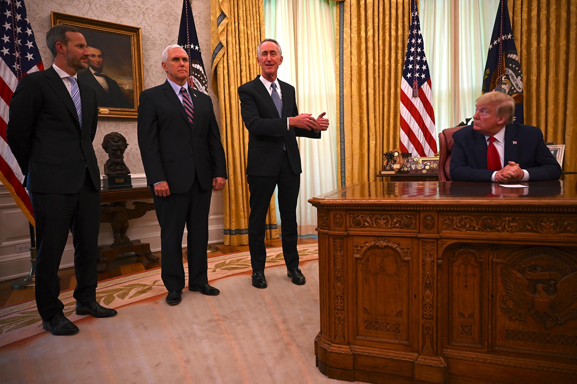 5月1日,美國總統特朗普(圖右)宣佈,FDA已批准了吉利德公司生產的瑞德西韋藥(Remdesivir)。圖右二在對記者說話者為吉利德CEO奧戴先生。(JIM WATSON/AFP)