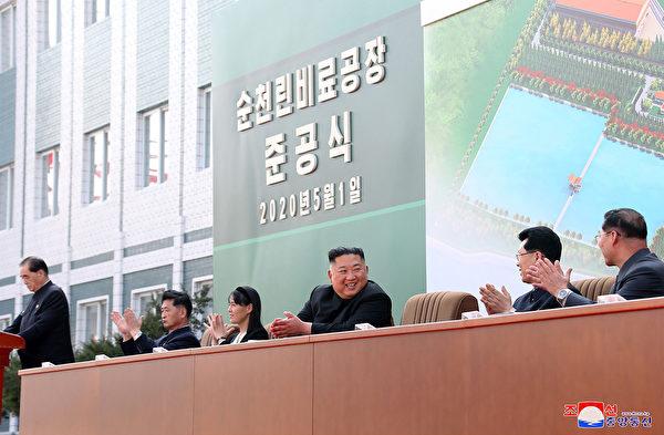 朝中社公佈的照片,背板後面顯示是2020年5月1日。圖右三是金正恩。(STR/KCNA VIA KNS AFP)