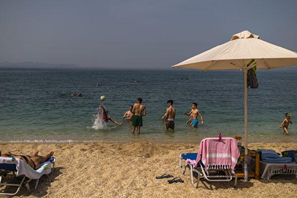5月16日的希臘一處海灘。(Angelos Tzortzinis / AFP)