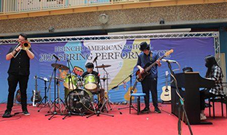 新竹美國學校日前在新竹美國學校臉書(Facebook)粉絲團以直播方式進行表演,由學生帶來熱音表演、熱舞及合唱等方式接力為防疫加油,同時感謝社區所有的防疫英雄。