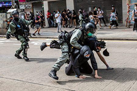 港警對民眾施暴。