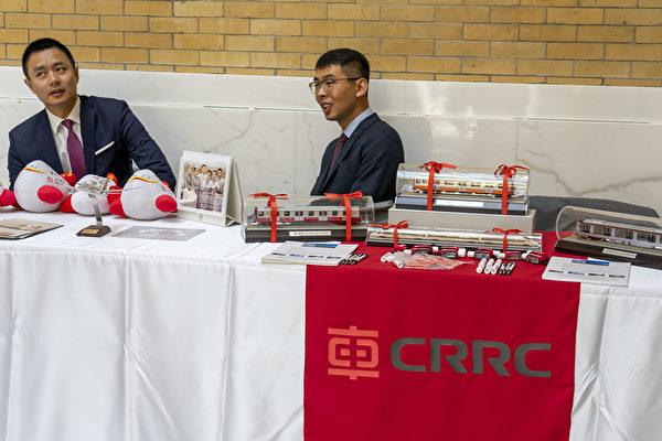 在2019年麻州「中國日」活動中,中車公司(CRRC)到場宣傳。但是這家中共國有企業為麻州製造的地鐵車廂3次出現故障停駛。(劉景燁/大紀元)