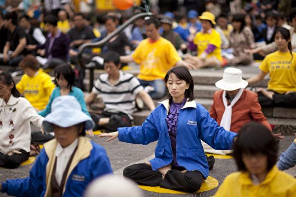 2011年5月13日,紐約,來自全球的部份法輪功學員在聯合廣場集體煉功。(愛德華/大紀元)
