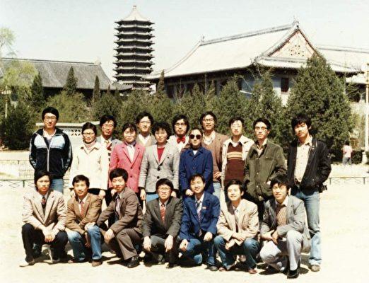 謝田(前排左一)和北大同學在一起。(本人提供)