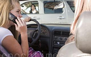 法國道路新規 駕車接打電話違規 沒收駕照