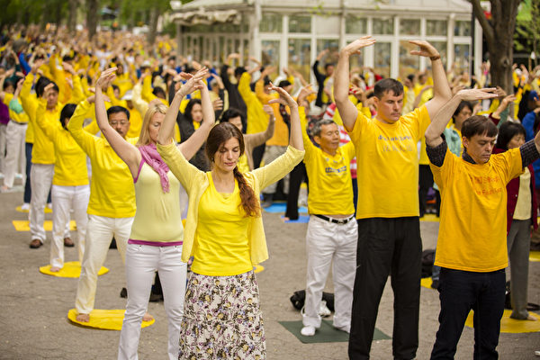 2013年5月17日,來自全球的部份法輪功學員在紐約聯合國前進行集體煉功。(愛德華/大紀元)
