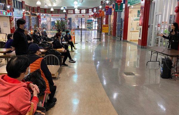 華埠廣場小商戶與國會議員關慧貞