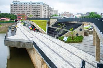 结合景观餐厅、环湖步道等设施,满足民众多元休闲需求。