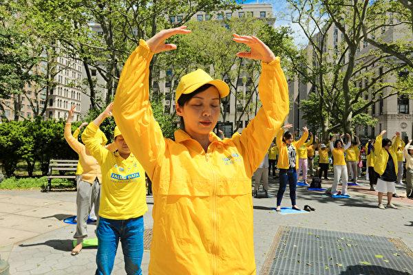 2019年5月18日,紐約,來自全球的部份法輪功學員在曼哈頓富利廣場煉功。 (張學慧/大紀元)
