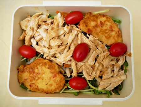 以馬鈴薯為主菜和涼拌雞絲、鴻喜菇,搭配成的清涼爽口餐盒。