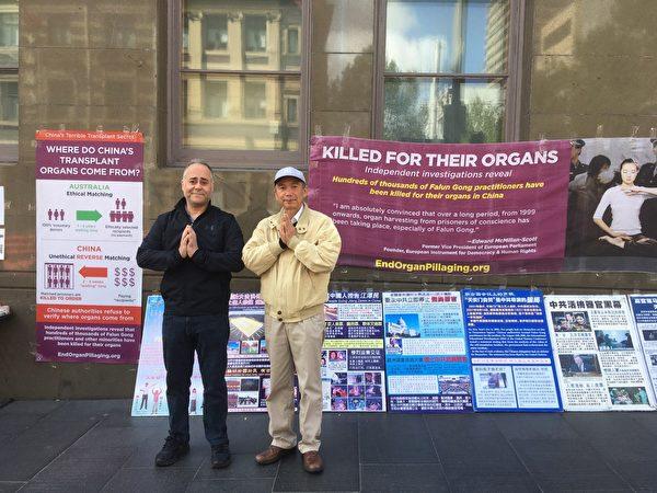 意大利裔澳洲人約翰(John Sciroli)與華裔工程師Max(右)在悉尼中國城的真相點前。(文清揚/大紀元)