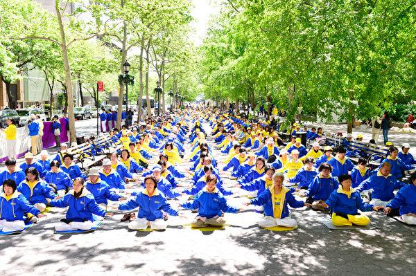 2012年5月11日,紐約,來自世界各地的部份法輪大法學員紐約聯合國前集體煉功。(戴兵/大紀元)