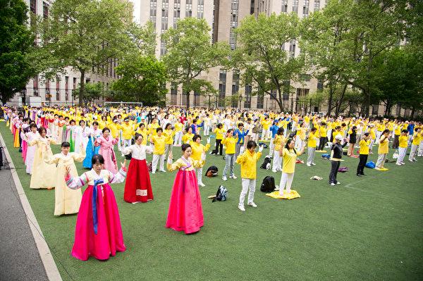 2013年5月18日,紐約,來自全球的部份法輪功學員在中國城哥倫布公園集體煉功。(戴兵/大紀元)