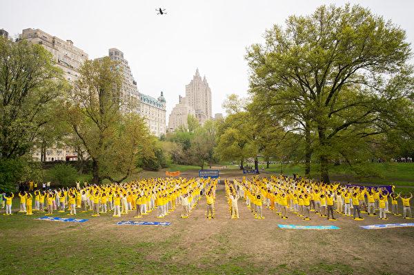2014年5月10日,紐約 ,來自全球的部份法輪功學員在中央公園集體煉功。(戴兵/大紀元)