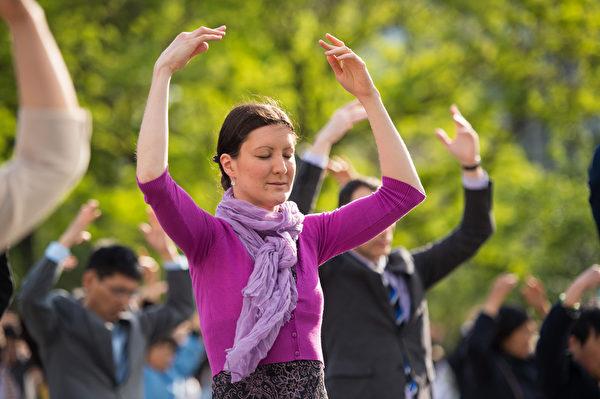 2014年5月15日,紐約,來自全球的部份法輪功學員在聯合廣場集體煉功慶祝世界法輪大法日。(戴兵/大紀元)