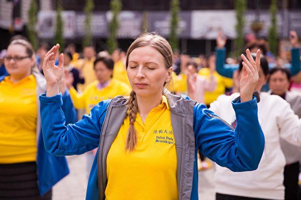 2017年05月11日,紐約,來自全球的部份法輪功學員在聯合廣場舉辦慶祝世界法輪大法日活動。圖為西人法輪功學員正在煉功。(戴兵/大紀元)