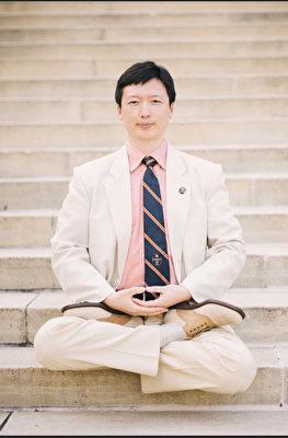 維珍尼亞大學醫學院副教授李旭東從1997年開始修煉法輪功,圖為2016年他完成骨科醫師培訓後在校園內留影。(本人提供)
