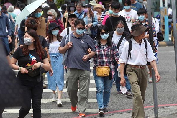 美媒記者秦穎表示台灣及早防疫,有效控制疫情,民眾生活如常,景象令人驚豔。圖為5月3日天氣熱,民眾戴墨鏡及口罩出遊。(中央社)