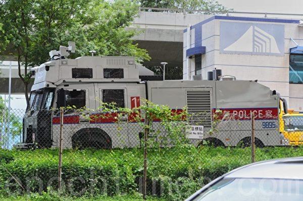 2020年5月24日,有多個團體到中聯辦請願,反對香港國安法。水炮車在中聯辦待命。(宋碧龍/大紀元)
