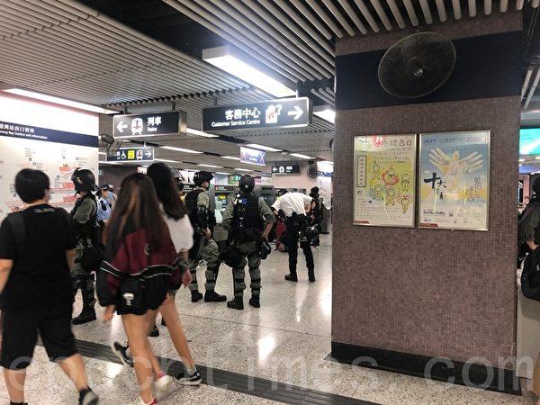 2020年5月24日,香港反國安法遊行。在銅鑼灣地鐵都有大批防暴警。(粱珍/大紀元)