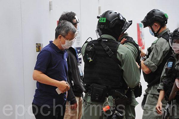 2020年5月24日,香港反國安法遊行。在銅鑼灣皇室堡對面有市民被搜查。(宋碧龍/大紀元)