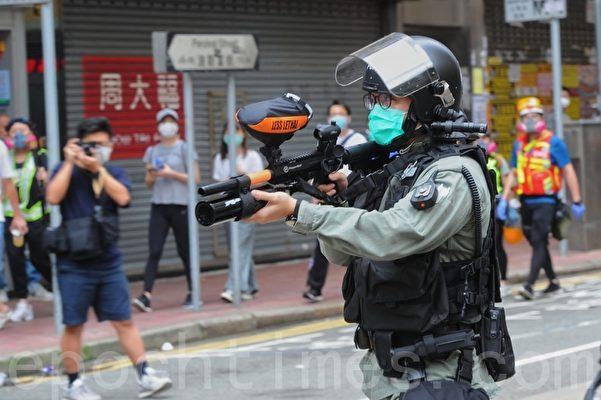 2020年5月24日,香港反國安法遊行。在波斯富街防暴警察拿槍對著市民。(宋碧龍/大紀元)