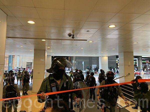 2020年05月27日,香港立法會「國歌法」二讀。海富中心有大量防暴警察拉起封鎖線封鎖。(宋碧龍/大紀元)